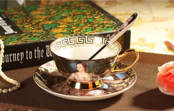 ceasca de cafea pictata cu Madam Pompadour