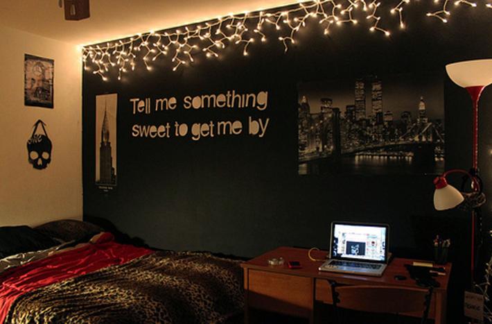 decor cu lumini pe un perete negru