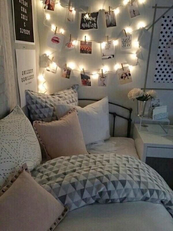 luminite deasupra patului cu colaje din poze