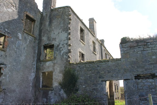Old ruins can be found all over Ireland