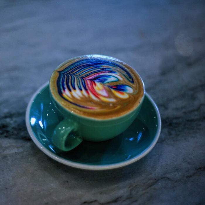 barista cria bebidas a base de cafe coloridas obras de artes em cafe1