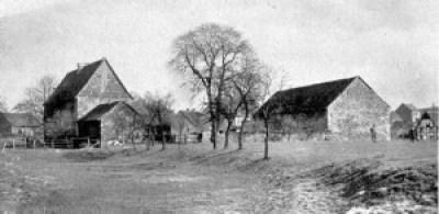 Haus Berghofen um 1948. Das rechte Gebäude (die Remise) steht noch heute am Fasanenweg, Ecke Selzerstraße