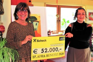 """Anneliese Junker (""""Frauen helfen Frauen"""") und Gabi Plattner vom Tiroler Frauenhaus nahmen die Rekordsumme in Wildermieming in Empfang. Foto: Clemens Stecher"""