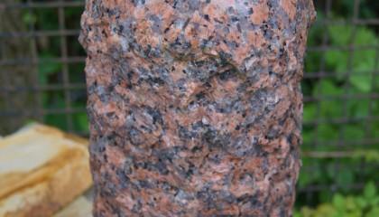Quellstein – Granit Säule poliert, rot