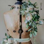 fleurs sur mannequin un bois