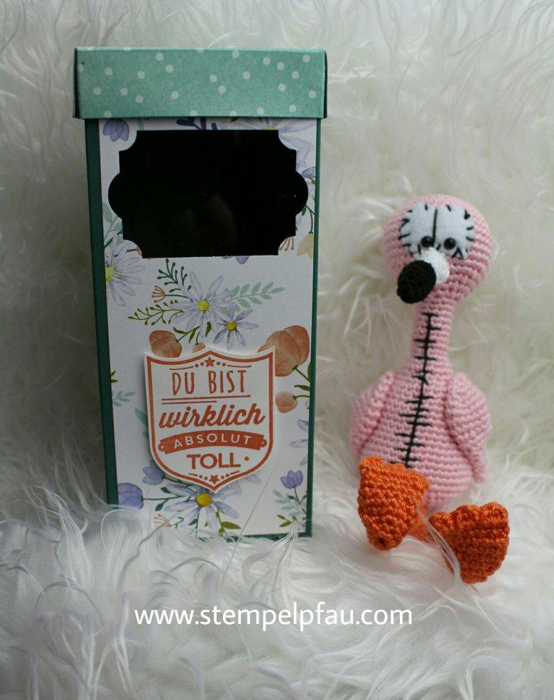 Baby-Flamingo Camiro schön verpackt. GeschenkBox mit Sichtfenster. Gestaltet mit den Produkten von Stampin' Up!