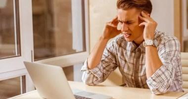 rozproszony mężczyzna w pracy przed komputerem