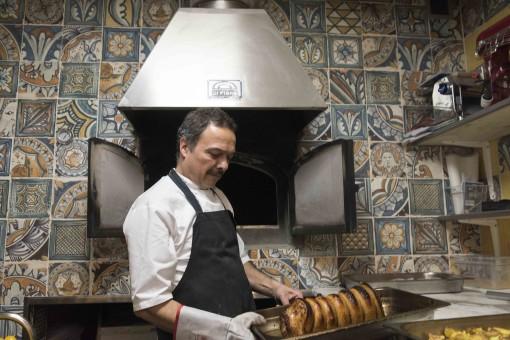 I La Bottega finder vi også Jyllands eneste autentiske italienske brødovn, hvor Carlo bager alt sit italienske brød, der er blevet noget af et tilløbsstykke i både restaurant og butik. Foto: © Michael Bo Rasmussen / Baghuset. Dato: 20.11.15