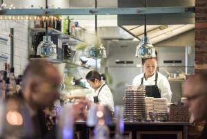 Travlhed i køkkenet nu også til frokost: Maria Hartmann og kokkeeleven Julia (t.h.) arrangerer.. Foto: © Michael Bo Rasmussen / Baghuset. Dato: 01.10.15
