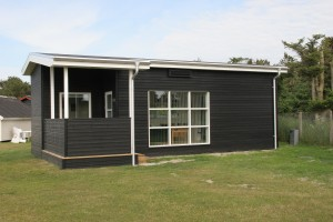 Familier med kræftramte børn kan fremover låne denne feriehytte, der tirsdag den 6. august indvies på Top Camping Henne Strand.