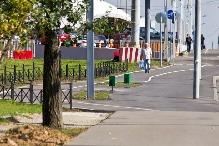 04 - Один из примеров того, как проложена дорожка. Не везде доделана. И почему пешеходы идут именно по ней