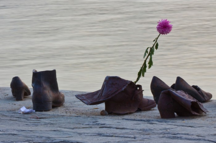 20. Монумент жертвам холокоста на небережной у парламента Венгрии