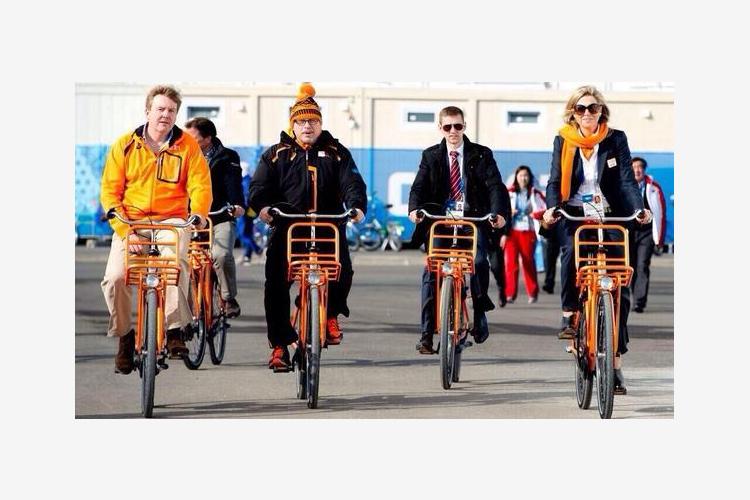 2014.02.10 - 03 - Король и королева Нидерландов едут на велосипедах к Адлер-Арене (Twitter, David Common)
