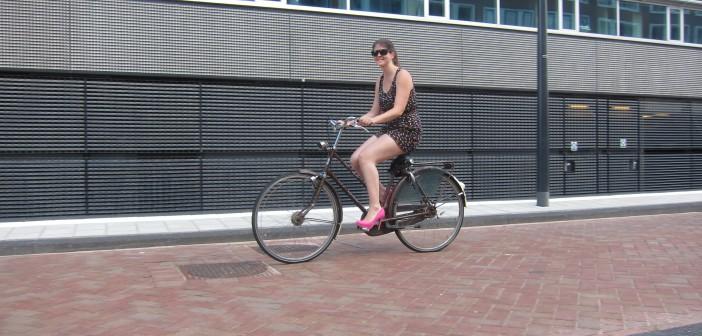 2014.08.05- Езда на велосипеде на каблуках