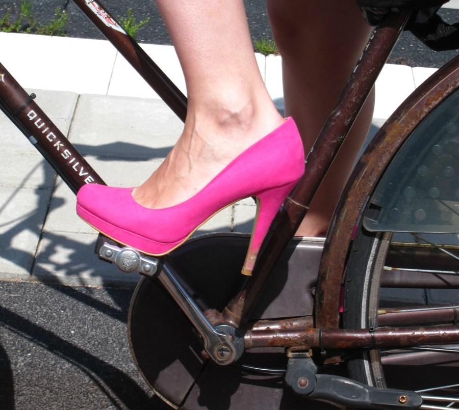2014.08.05 - Поставновка ноги при езде на велосипеде в туфлях на каблуках