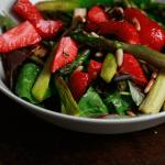 Spargel, Erdbeeren, Salat und Pinienkerne
