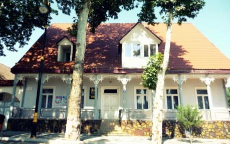 Dieses Haus in Helenendorf (Göygöl, AZ) scheint der Kieferverschalung entkommen zu sein. Den uniformen Sockel hat es jedoch bekommen.