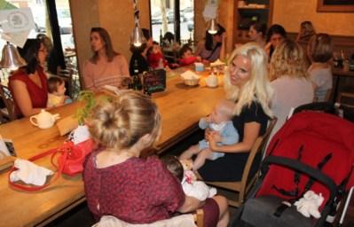 Image tirée de : http://img.20mn.fr/tegR_Xv9RvG-U0vaWdJ8cg/648x415_mamans-mumaround-16e-arrondissement-pris-habitude-reunir-chaque-mardi-matin-cafe-quartier.jpg