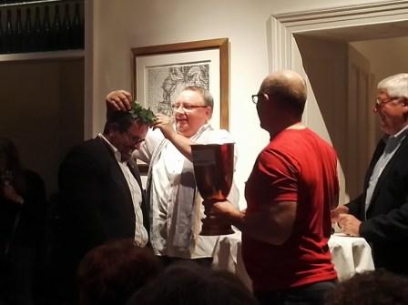 Der Gewinner wird gekrönt. Mit einem Plastikefeu und einem riesigen Wanderpokal, der voll gefüllt war mit Weingummis.
