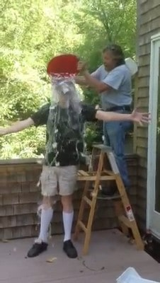Stephen King relève le défi Ice Bucket Challenge