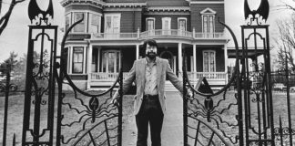 Stephen King devant son manoir Victorien de Bangor, en 1982