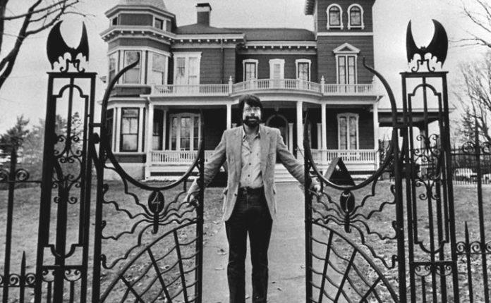 Stephen King devant sa maison Victorienne de Bangor, en 1982