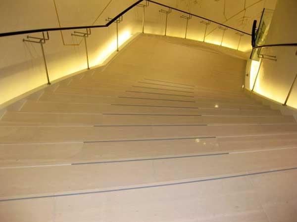 バーニーズ ニューヨーク神戸店様(店内階段)