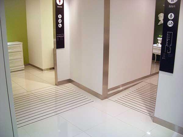 梅田大丸様トイレ前スロープ