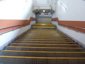 山陽電鉄「播磨町」駅 階段