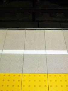 大阪市営地下鉄御堂筋「本町」駅 ホーム白線(プレ加工)