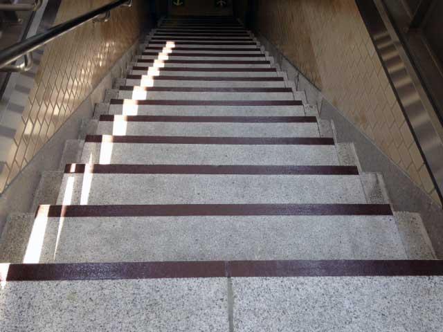 東京メトロ「大手町」駅 階段(グリテープ)