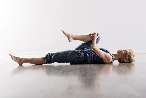 Woman doing the knee to chest stretch