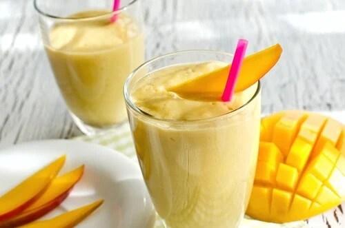 mango banana smoothie to fight morning fatigue