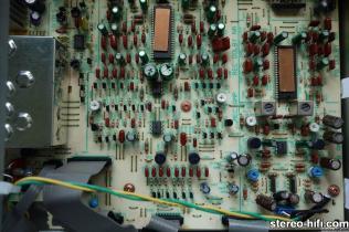 CT-979 widok na wnętrze decka, fragment płyty głównej z układami wzmacniaczy odczytu i zapisu i układy redukcji szumów Dolby B i C