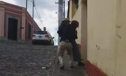 Agente de Disetur ayuda a un adulto mayor a llegar a su casa y su acción se vuelve viral