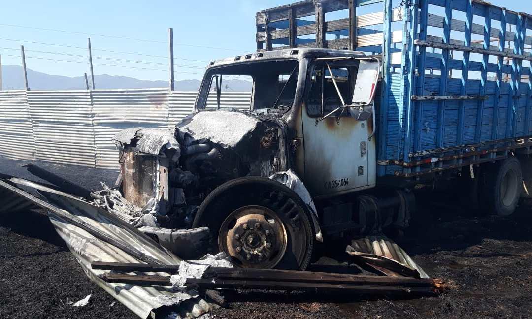 Incendio consume dos vehículos en el predio de la PMTQ