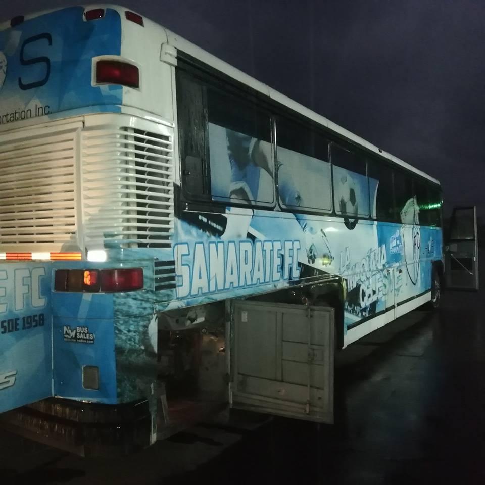 Jugador de Malacateco apoyó en reparación del bus de Sanarate