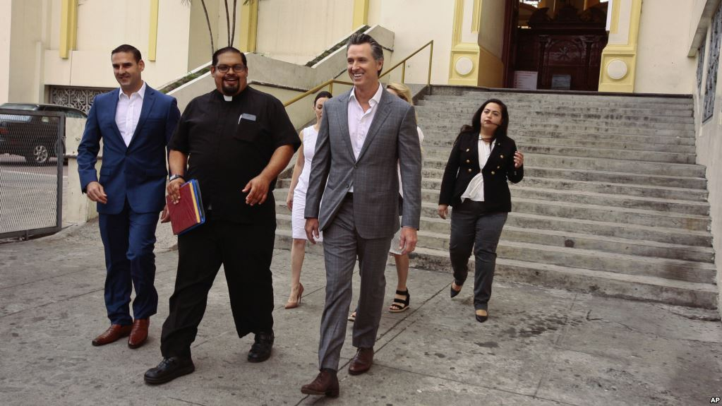 Gobernador de California vista El Salvador
