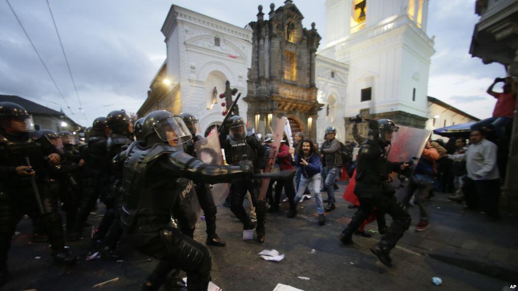 Ecuador: Partidarios de Assange se enfrentan con la policía