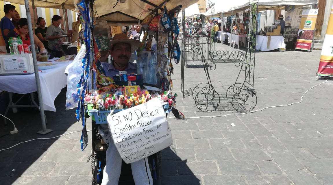 Sufrió una parálisis y convirtió su silla de ruedas en una tienda móvil