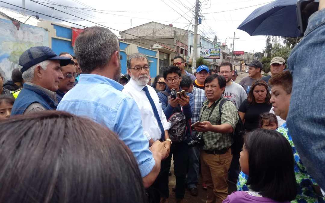 Alcalde dialoga con vecinos por atrasos en recapeo