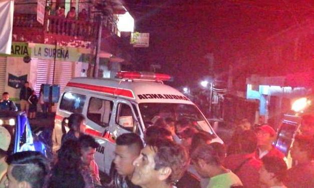 Picop conducido por ladrones colisiona contra ambulancia en Coatepeque