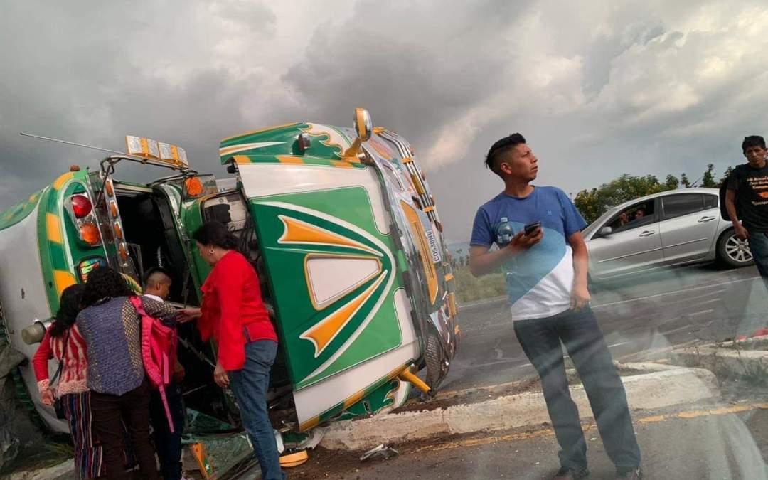 Bus volcado en la circunvalación de Salcajá, deja al menos 12 heridos