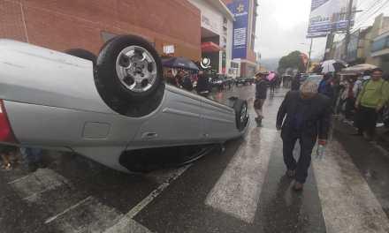 Testigos indican que piloto ebrio arrolla a personas que participaban en sepelio