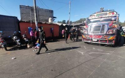 Niña muere luego de ser arrollada por un bus en terminal de Xela