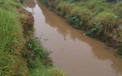 Vecinos del sector El Vaquero denuncian que agua de lluvia queda estancada