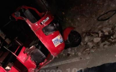 Mototaxi choca contra un poste y deja como saldo una mujer fallecida