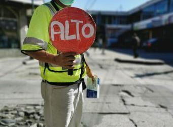 Hondureño regula el tránsito en Xela para llevar alimento a su hogar