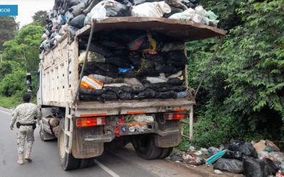 Detienen a trabajador municipal  de Zunil por tirar basura en lugar no autorizado