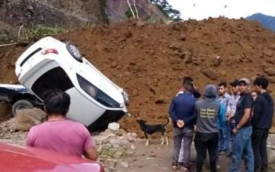 Vehículos quedan soterrados por deslizamiento en San Marcos